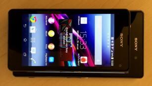 Das Sony Xperia Z1 Compact im Größenvergleich zum Sony Xperia Z1 darunter©COMPUTER BILD