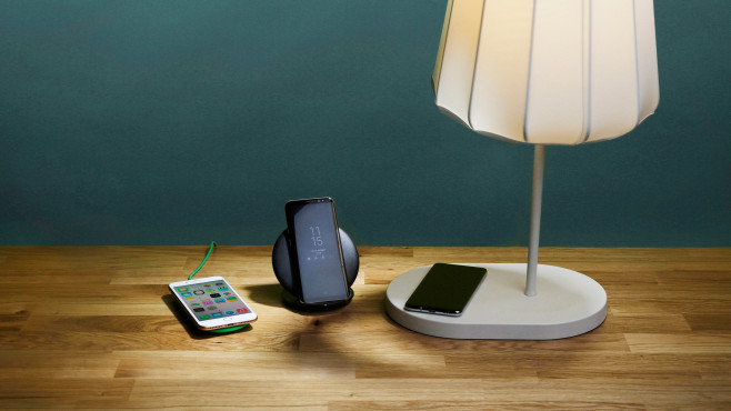 Smartphones auf induktiven Ladestationen und IKEA Varv©COMPUTER BILD