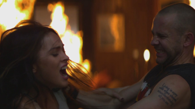 """Ausschnitt aus dem Musikvideo """"Love The Way You Lie"""" von Eminem & Rihanna ©Aftermath Records"""