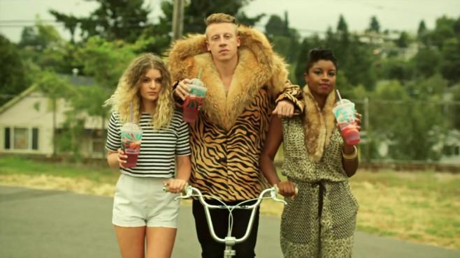 """Ausschnitt aus dem Musikvideo """"Thrift Shop"""" von Macklemore & Ryan Lewis ©Macklemore CLL"""