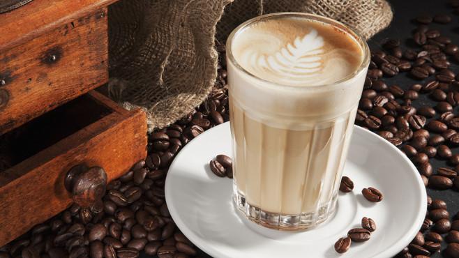Latte macchiato und Kaffeebohnen©ram69 - Fotolia.com