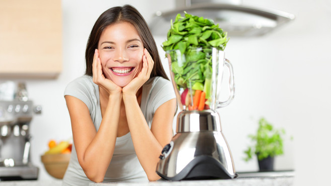 Glückliche Frau neben Küchenmaschine©Fotolia.com - Maridav