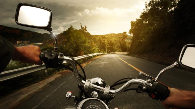 Auf dem Motorrad mit dem Smartphone©Dudarev Mikhail – Fotolia.com