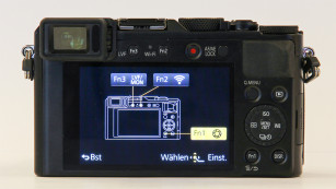 Panasonic Lumix LX100: Test der Edelkompaktkamera Der große Monitor im 3:2-Format dominiert die Rückseite der Panasonic Lumix LX100. Die drei Fn-Tasten lassen sich individuell programmieren. Darüber lässt sich beispielsweise das Autofokus-Messfeld anpassen oder ein künstliche Horizont einblenden.©COMPUTER BILD