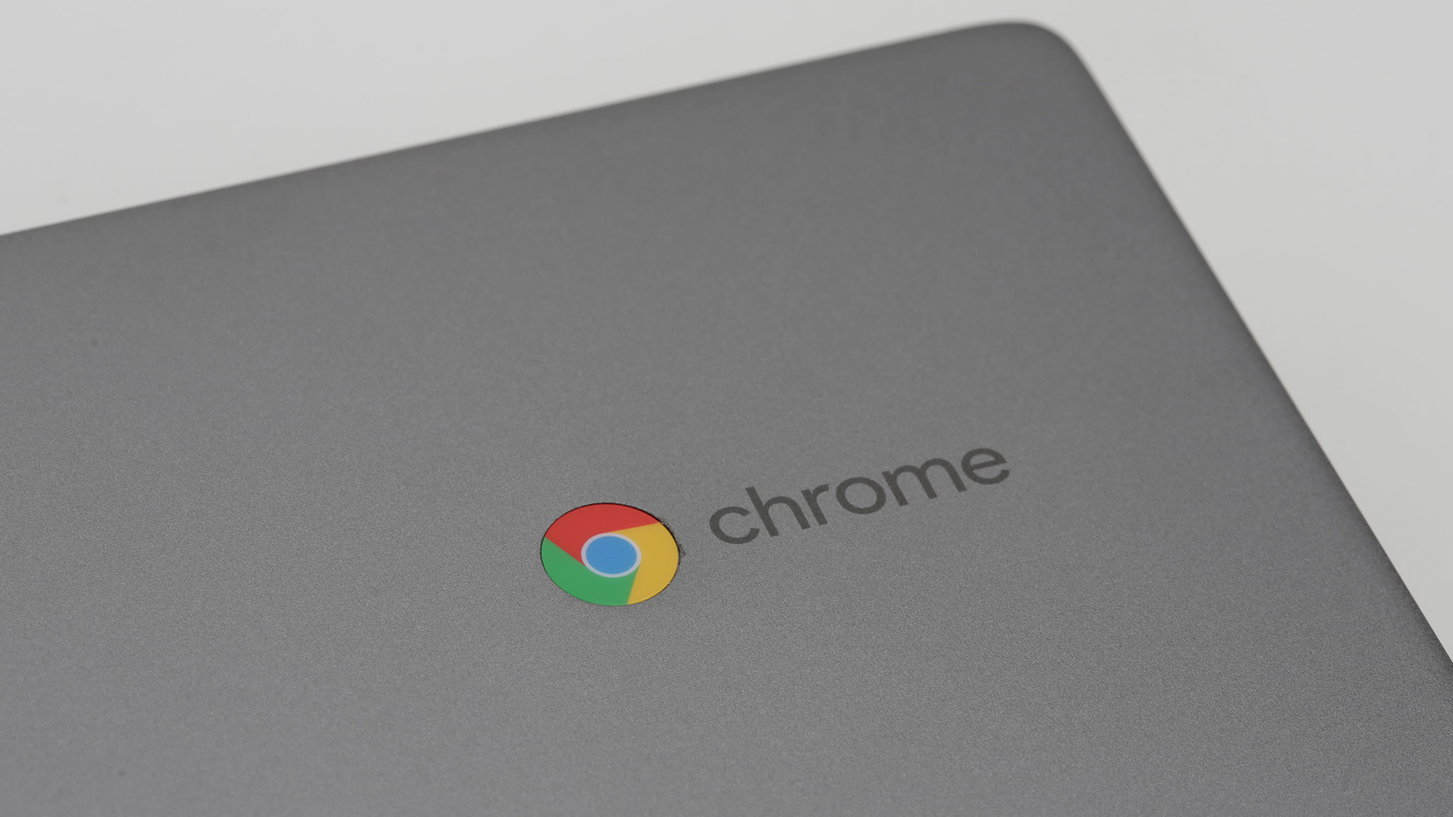 Chrome-Logo auf dem Deckel des Lenovo Chromebook C340 in der Nahaufnahme.©COMPUTER BILD