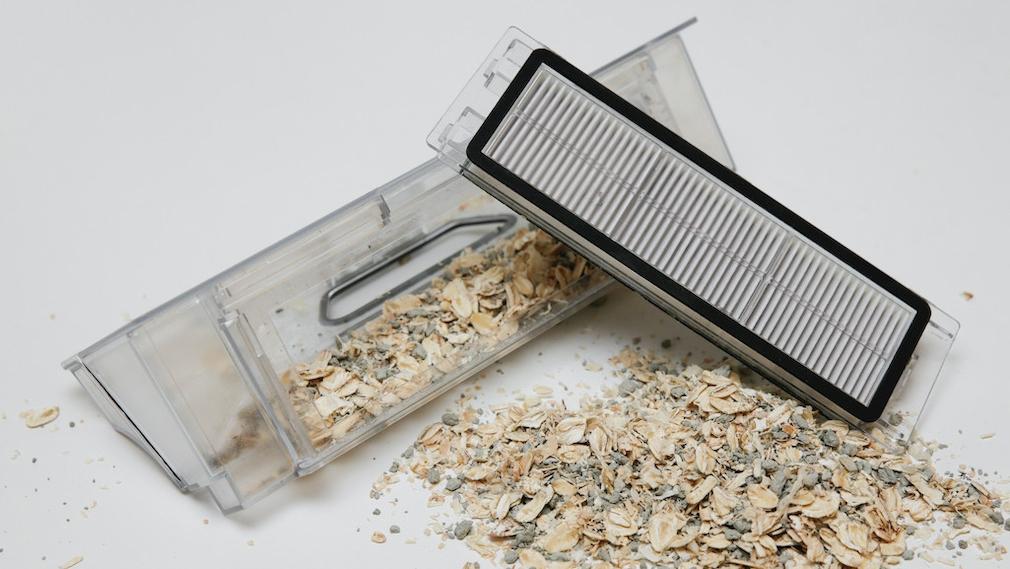 Plastikbox mit Schmutz und Filter