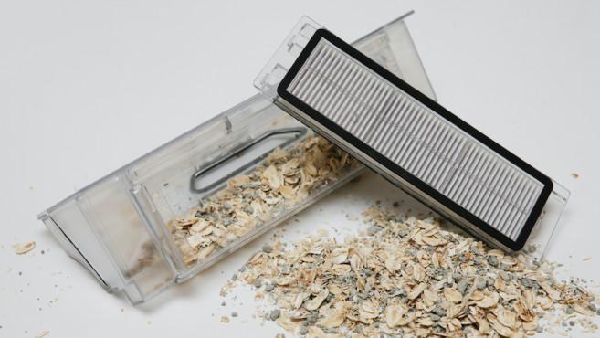 Plastikbox mit Schmutz und Filter©COMPUTER BILD