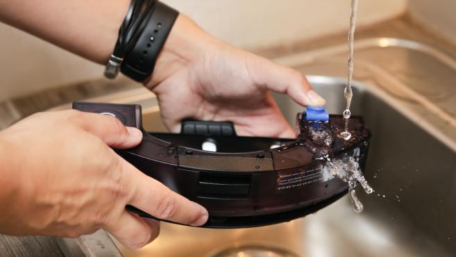 Sauger mit Wischfunktion, Wassertank befüllen©COMPUTER BILD