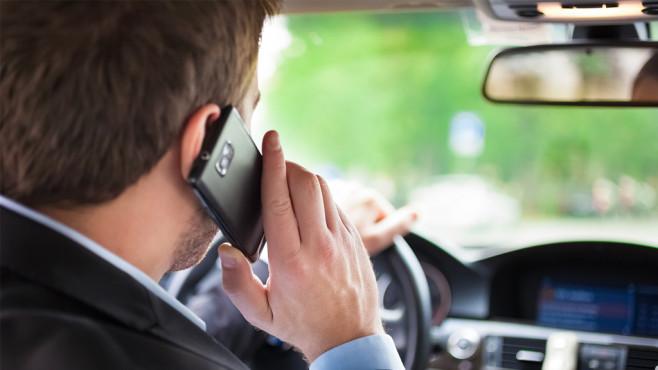 Forscher entwickeln Autoalarm gegen Handy-Benutzung am Steuer Kein Handy am Steuer: Forscher entwickeln Alarmsystem.©Minerva Studio - Fotolia.com