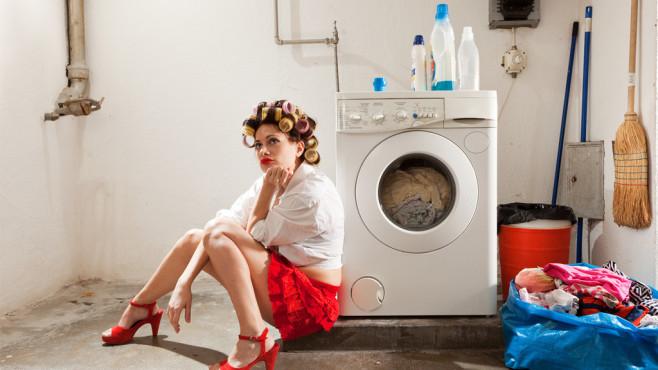 Hausfrau an Waschmaschine©alexandre zveiger, Fotolia.com