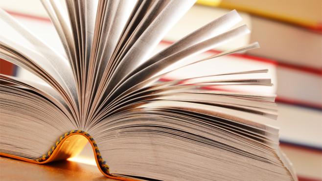 Vokabeln und Definitionen per Textprogramm verinnerlichen Mit beinahe jeder Schreibsoftware trainieren Sie Ihre grauen Zellen.©Fotolia---monticellllo--Composition with book on the table