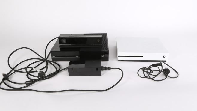 Xbox One S: Die neue Mini-Xbox im Praxis-Test Kein Kabelsalat mehr: Die Xbox One S (rechts) braucht nur noch ein Standard-Euro-Kabel – mehr nicht! Der Kinect-Anschluss fehlt allerdings. Dafür ist ein separat erhältlicher Adapter nötig.©COMPUTER BILD