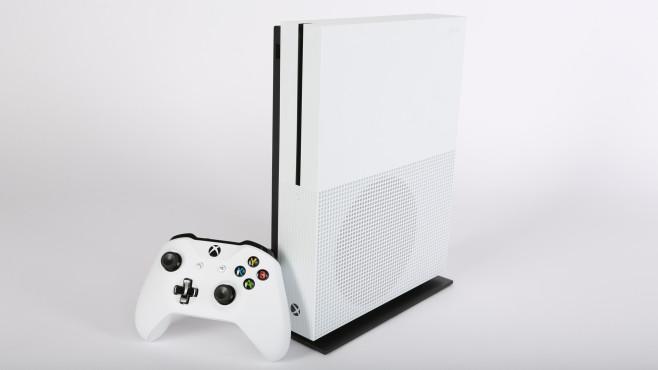 Xbox One S: Die neue Mini-Xbox im Praxis-Test Weiße Schönheit: die Xbox One S macht mit ihren verloren Pfunden optisch einiges her.©COMPUTER BILD