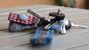 Schl�sselbund liegt auf Tisch©Elisabeth R. Meier; Fotolia.com