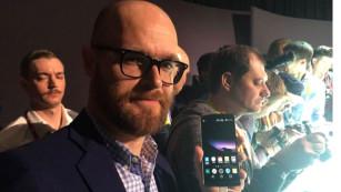 Chefredakteur Axel Telzerow mit dem LG G Flex 2©COMPUTER BILD