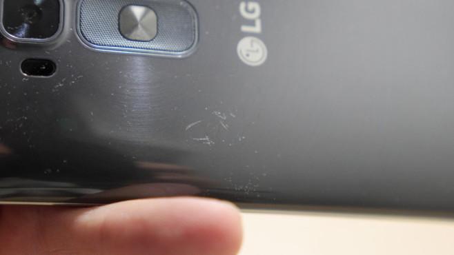 LG G Flex 2: Das neue Phablet im Test Bei dicken Kratzern muss auch die angeblich selbstheilende Oberfläche kapitulieren.©COMPUTER BILD
