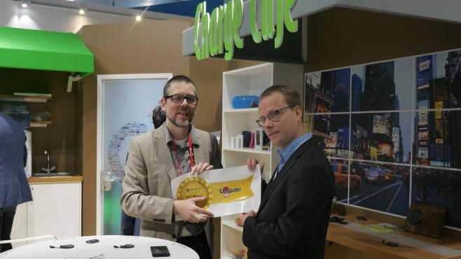 """Ikea: Möbel mit pfiffiger Ladefunktion Ikea-Tische, die ein Handy aufladen? Diese Idee überzeugte die Jury von COMPUTER BILD. Aus der Hand von Christian Just (Ressortleiter TK/Internet, links) gab es deshalb den Best-Product-Award """"Innovation"""" für Jouni Riutatanen, Mitglied im WPC für Samsung Electro-Mechanics.©COMPUTER BILD"""