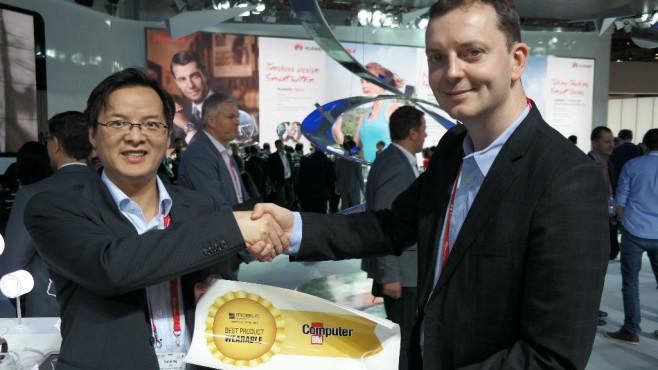 """Huawei: Frische Infos zu TalkBand N1 und TalkBand B2 Das TalkBand N1 verbindet MP3-Player, Fitness-Tracker und Bluetooth-Kopfhörer geschickt zu einem Gerät. Für diese Innovation gibt es den verdienten Best Product Award """"Wearable"""" für Huawei: Richard Ren (links), Europa-Präsident für mobile Geräte bei Huawei, nimmt die Auszeichnung aus den Händen von Alexander Krug (Leitung Content Development) entgegen.©COMPUTER BILD"""