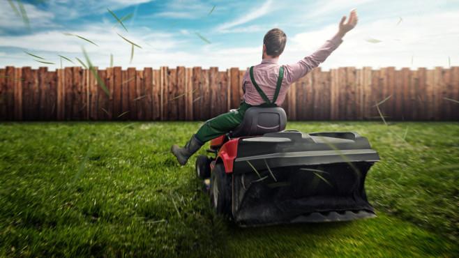 Unbekümmertes Rasenmähen: COMPUTER BILD sagt, worauf es ankommt und mit welchen Mähern die Deutschen ans Werk gehen.©lassedesignen - Fotolia.com