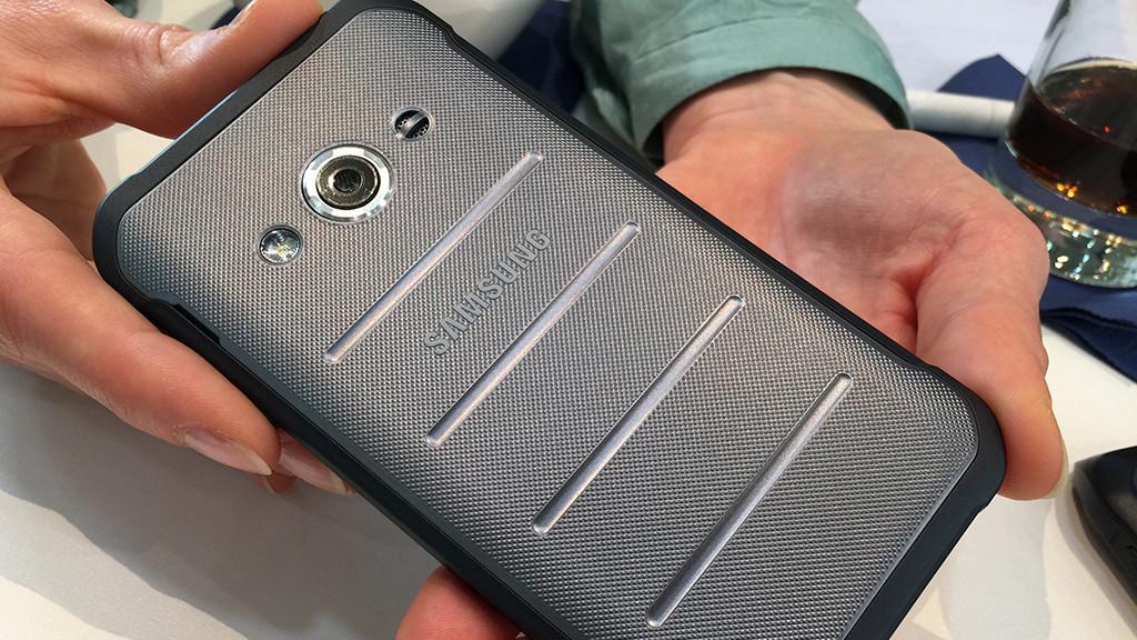 Samsung Galaxy XCover 3: Robustes Outdoor-Smartphone Das XCover 3 steckt in einer robusten Hülle, der Rand ist vor Stößen extra geschützt.©COMPUTER BILD