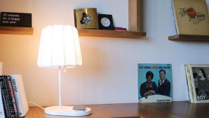 Ikeas Tischlampe Valv kann Handys aufladen©Katharina Rose / COMPUTER BILD