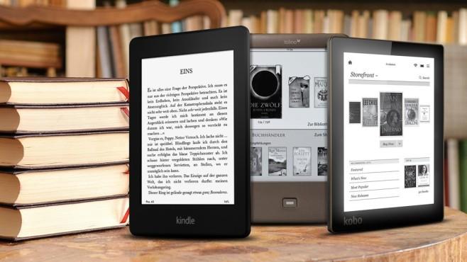 eBook-Reader vor Bücherstapel©Amazon, Toring, Kobo, sinuswelle - Fotolia.com