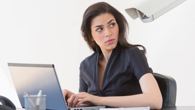 Fühlen Sie sich beim E-Mails schreiben auch manchmal überwacht?©Tetra Images/gettyimages