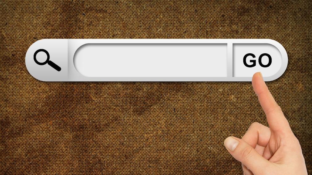 Google Coop: Eigene Suchmaschine erstellen – so gehen Sie vor Suchen nach Maß: Mit einer eigenen Suchmaschine verschwenden Sie keine Zeit.©Fotolia--cherezoff-Human hand indicates the search bar in browser