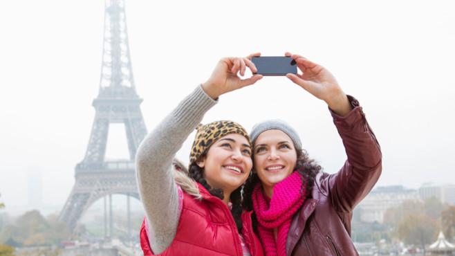 Selfie vor dem Eiffelturm©Betsie Van Der Meer/gettyimages