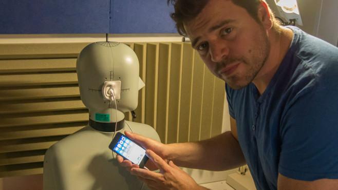 Apple iPod touch: Der neue Edel-Musikplayer im Praxis-Test Audio-Messungen mit Kunstkopf von Bruel & Kjaer und dem stellvertretenden Testlaborleiter Michael Schmidt (rechts).©COMPUTER BILD