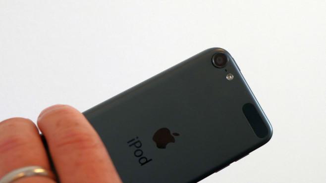 Apple iPod touch: Der neue Edel-Musikplayer im Praxis-Test Die iSight-Kamera auf der Rückseite löst jetzt mit 8 statt 5 Megapixel auf – ein riesiger Unterschied ist aber nicht wirklich zu erkennen.©COMPUTER BILD
