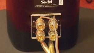 Teufel bringt LT5-Surround-System für Dolby Atmos Die Lautsprecher-Säulen haben eigene Anschlüsse für die eingebauten Atmos-Lautsprecher. Statt über Lautsprecherkabel lassen die sich auch per Cinch-Kabel füttern - je nach Ausstattung des Receivers.©COMPUTER BILD