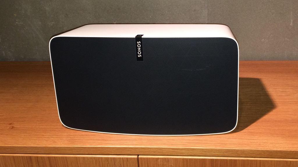 Schon reingehört: Der neue Sonos Play:5 im Test Der neue Play:5 von Sonos ist etwas niedriger als sein Vorgänger, aber auch deutlich tiefer. Es gibt ihn in Schwarz und in Weiß.©COMPUTER BILD