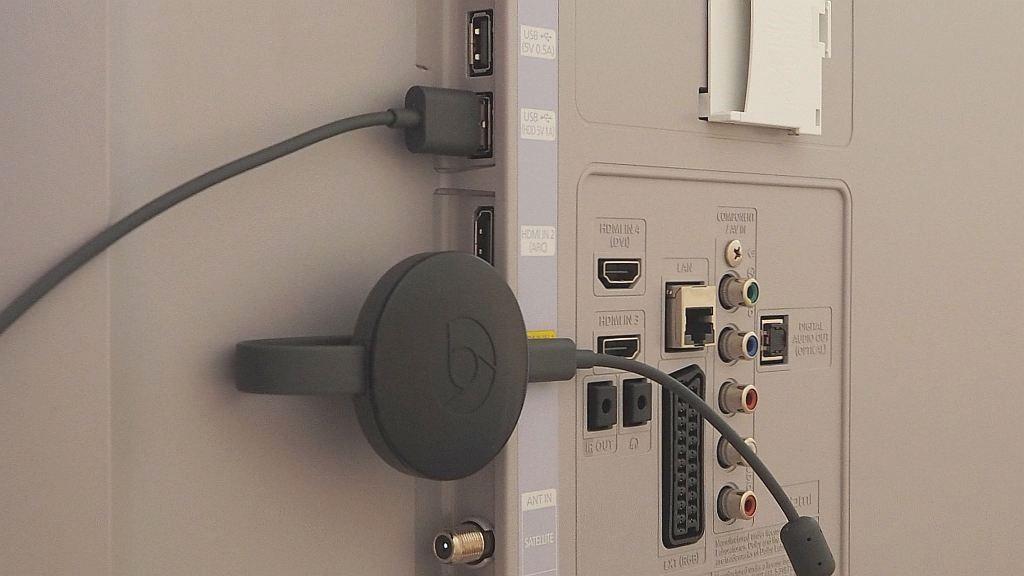 Google Chromecast 2 im Test: Neue Optik, schneller Start, mehr Angebote Der kleine runde Chromecast 2 lässt sich problemlos hinter Fernsehern verstauen. Strom bezieht er per USB vom Netzteil oder von einem USB-Anschluss am TV.©COMPUTER BILD