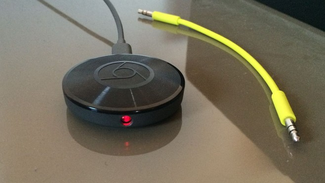 Google Chromecast Audio macht alte Stereo-Anlagen smart Chromecast Audio: Das kleine Teil empfängt Musik aus dem Internet und gibt sie an Stereo-Anlagen aus. Der rot leuchtende Kombi-Anschluss ist ein Stereo-Ausgang für Klinkenstecker und zugleich optischer Digitalausgang.©COMPUTER BILD