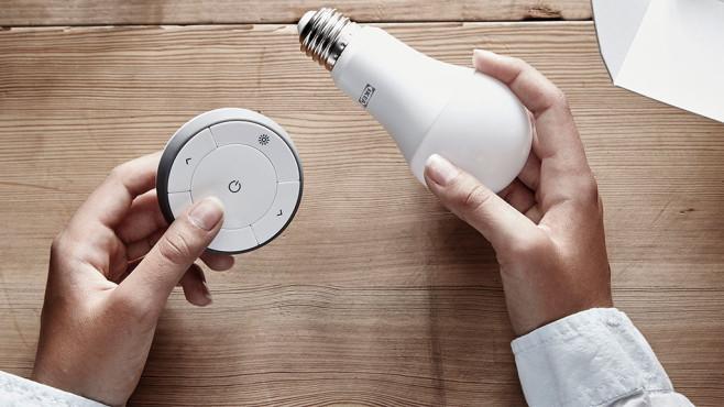 Hände halten IKEA Tradfri Lampe und Lichtschalter ©IKEA