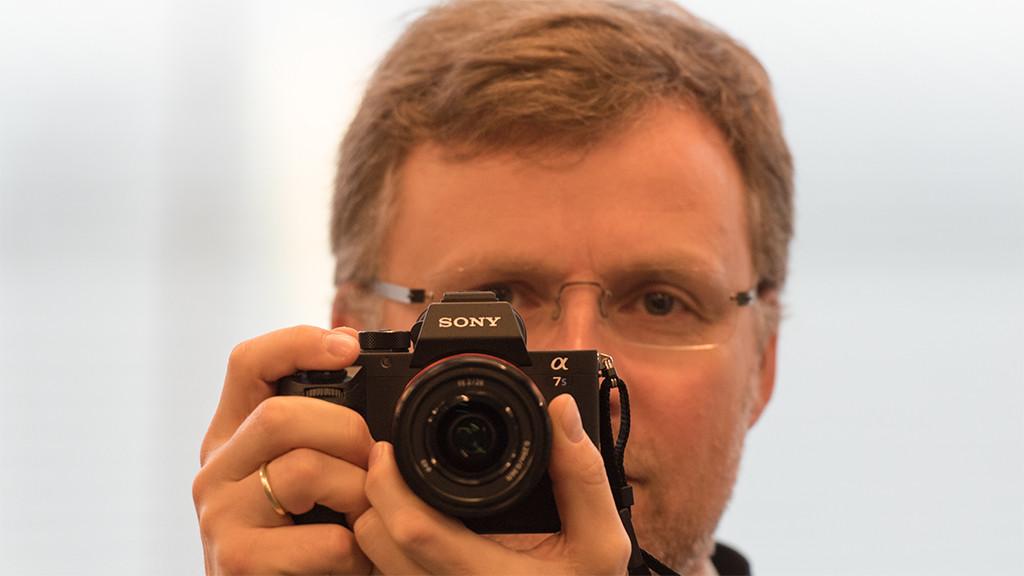 Sony Alpha 7S II: Profi-Systemkamera im Praxis-Test Das Gehäuse der Sony Alpha 7S II ähnelt stark dem Vorgänger und ist von vorn nur bei genauerem Hinsehen zu unterscheiden. Den Zusatz II zur Typenbezeichnung trägt die Kamera nur auf der Rückseite.©COMPUTER BILD