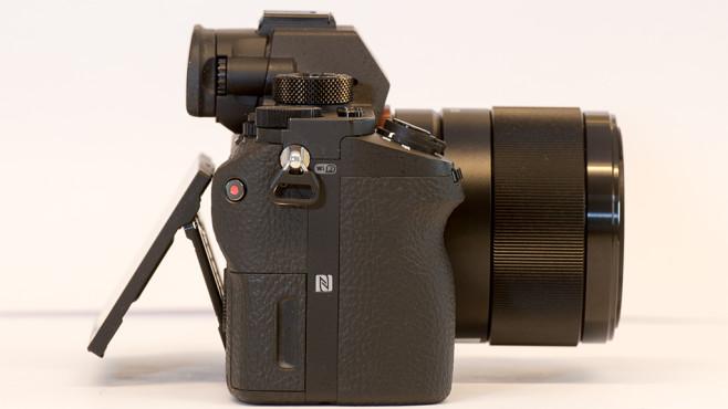 Sony Alpha 7S II: Profi-Systemkamera im Praxis-Test Von der Seite wird die augenfälligste Neuerung sichtbar. Der stärker ausgeprägte Griff sorgt für einen besseren Halt der Sony Alpha 7S II.©COMPUTER BILD