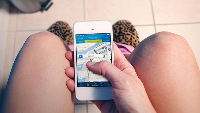 Welche Toiletten-Finder-App hilft in der Not am besten? Ich muss mal! Und zwar aufs Handy gucken, wenn die nächstgelegene Toilette einfach nicht aufzuspüren ist.©istock.com/sdominick, MSD SHARP & DOHME GMBH