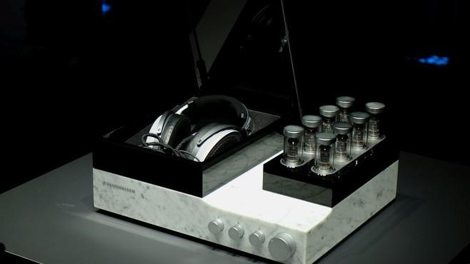 Erster Eindruck: Super-Kopfhörer Sennheiser Orpheus Zum Sennheiser Orpheus gehört der Verstärker im Marmorgehäuse mit aufgesetzter Alu-Schatulle für den Kopfhörer. Der Deckel öffnet sich - tadaaa - motorisch mit dem Einschalten des Verstärkers.©COMPUTER BILD