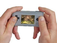 Der Gameboy Micro ist nur etwas für Kinderhände, Erwachsene haben weniger Freude mit der Bedienung.
