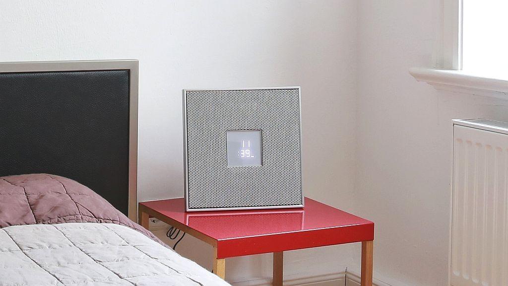 Yamaha Restio ISX-80 Der quadratische Streaming-Lautsprecher mit eingebautem Radio und Wecker lässt sich stellen und auch an die Wand hängen.©COMPUTER BILD