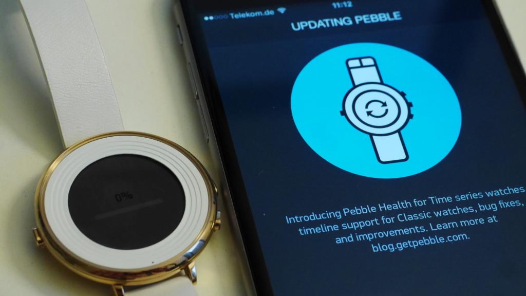 Die Pebble Time Round mit Apple Smartphone App©COMPUTER BILD