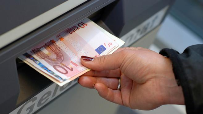 Hand zieht Geld aus Geldautomaten©COMPUTER BILD, ©istock.com/Dirk Freder