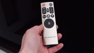 Das beste Fernsehbild aller Zeiten: Neuer LG OLED G6 im Test LG liefert zum OLED65G6 eine zweite, handlichere Fernbedienung mit.©COMPUTER BILD