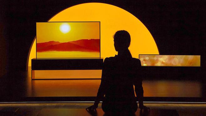 QLED, OLED, Micro-LED, Mini-LED: Das sind die Fernseher der Zukunft! Bei LG hat die Zukunft bereits begonnen: In diesem Jahr kommt der aufrollbare OLED-Fernseher auf den Markt.©LG Electronics