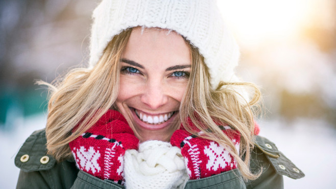 Lachende Frau im Winter©istock.com/mihailomilovanovic