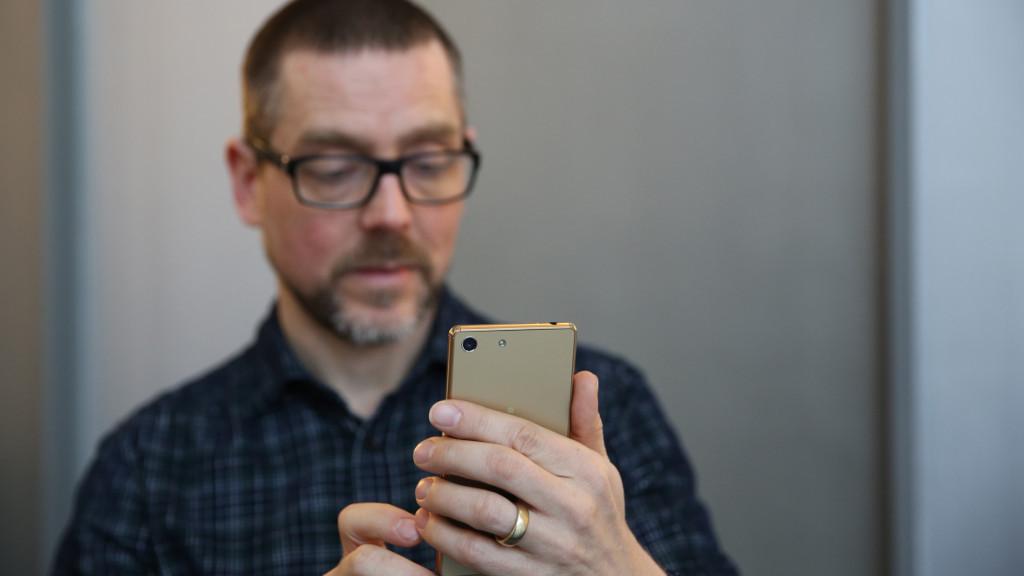Sony Xperia M5 in Gold im Redaktions-Test©COMPUTER BILD