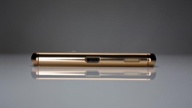 Sony Xperia M5 in gold: Die MicroSD-Buchse unten ist auch ohne Kappe wasserdicht.©COMPUTER BILD