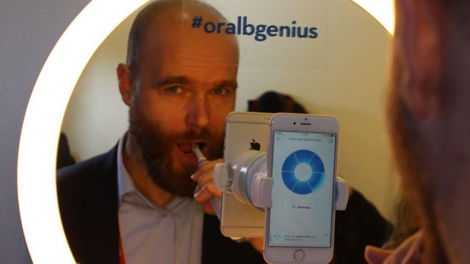 Bitte lächeln: Oral-B zeigt neue Bluetooth-Zahnbürste Genius Chefredakteur Axel Telzerow hat die Chance auf dem Mobile World Congress genutzt und ist zum großen Zähneputzen angetreten.©COMPUTER BILD